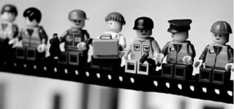 Egy régi amerikai felhőkarcolón dolgozó munkásokról szóló kép legó verziója. A képen a legó figurák egymás mellett ülnek egy építési elemen, a magasban lógva. Rajtuk különböző foglalkozást reprezentáló ruhák láthatók.