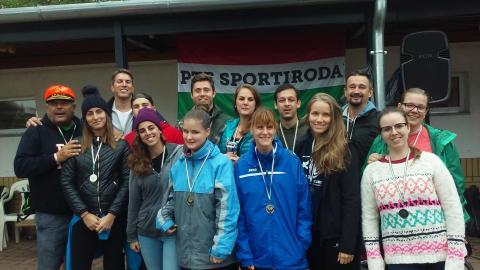 A képen az ezüstérmes sárkányhajós csapat vidám képe látható. A csapat tagjai ép és fogyatékossággal élő egyetemisták, és munkatársak.